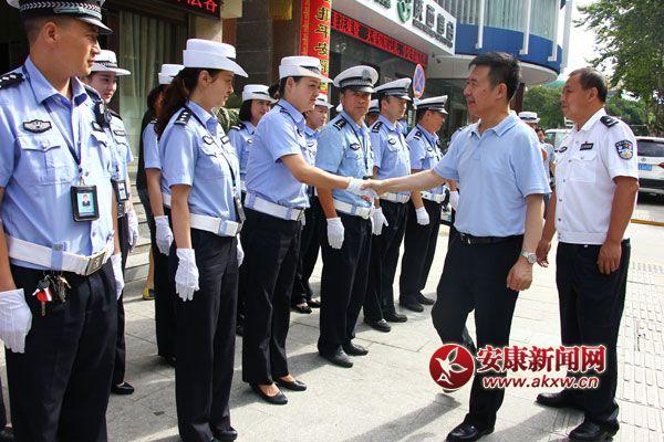 郭青看望慰问高温下坚守岗位的一线工作者